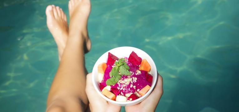 comer na piscina