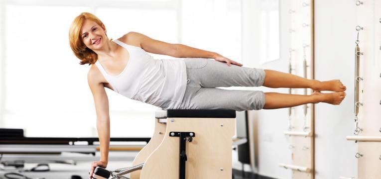 mulher a treinar em maquina de pilates