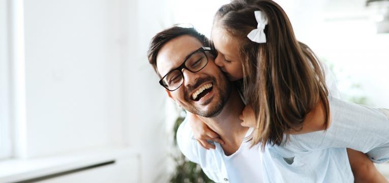 menina e pai