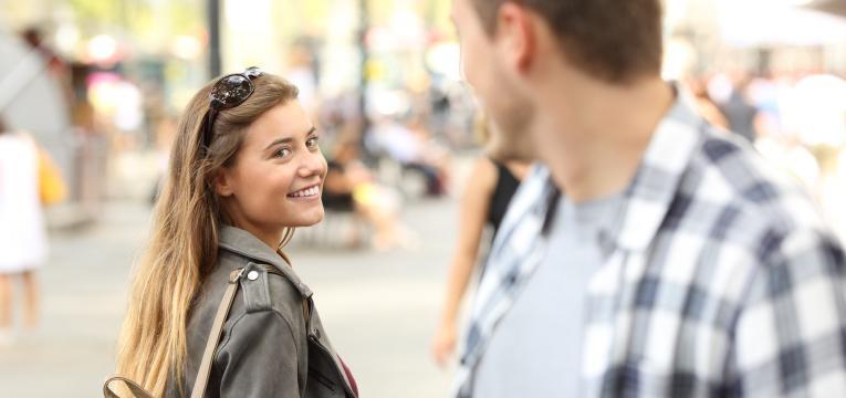 homem e mulher a cruzarem olhares