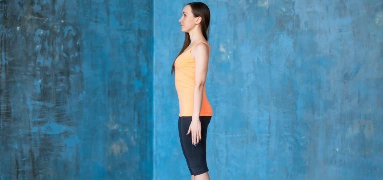 mulher em fundo azul com boa postura