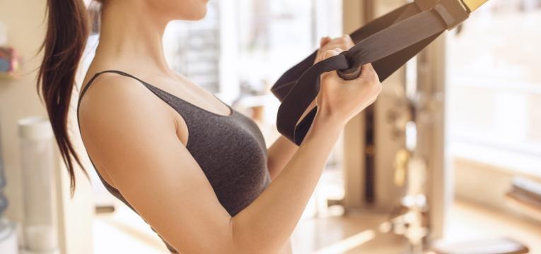 mulher a treinar braços com cabo