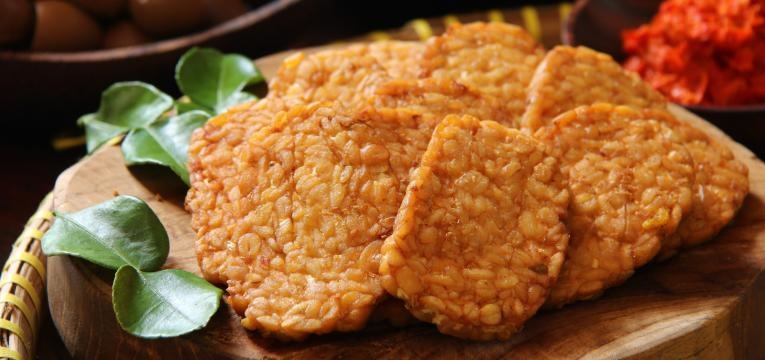 Tempeh no forno com batata-doce e brocolos