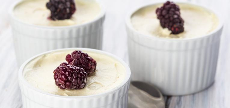 Mousse de chocolate branco com frutos vermelhos