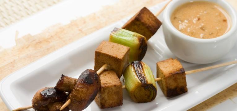 Espetadas de tofu e cogumelos