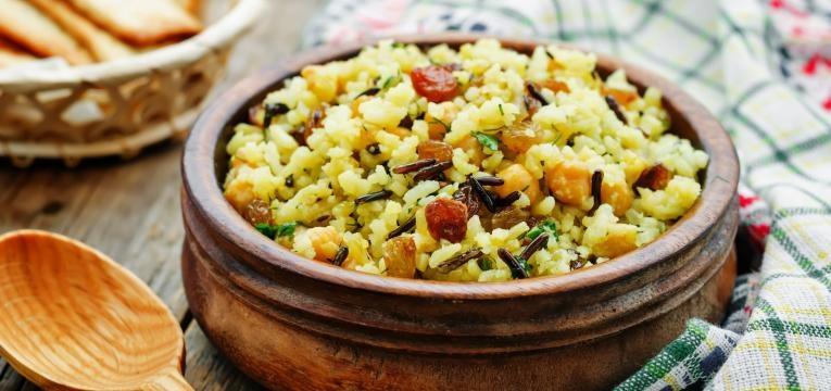 Pilaf mediterraneo com arroz selvagem e queijo feta