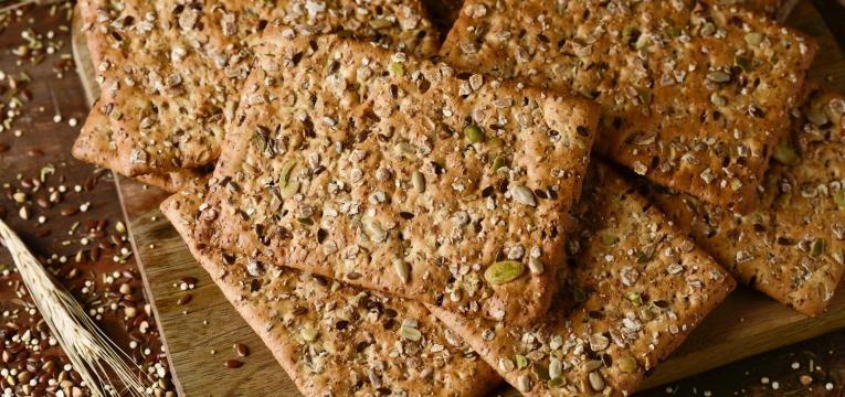 Crackers saudaveis de sementes e manjericão com creme de ervas