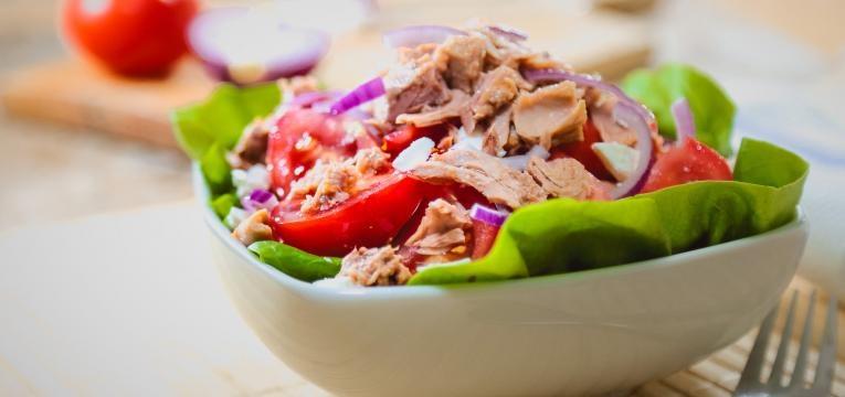Receitas salgadas com kefir e Salada de atum com molho de kefir