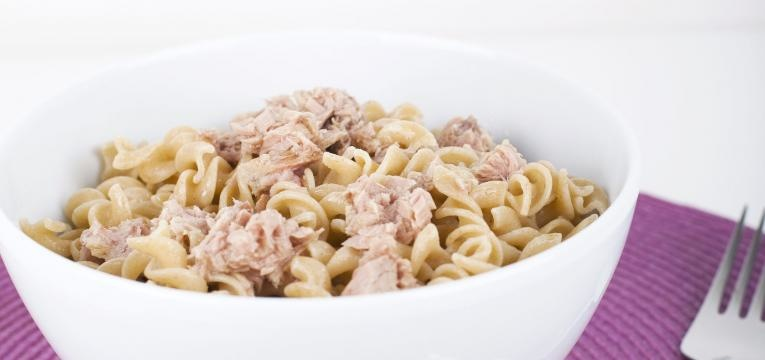 Salada de massa integral com atum