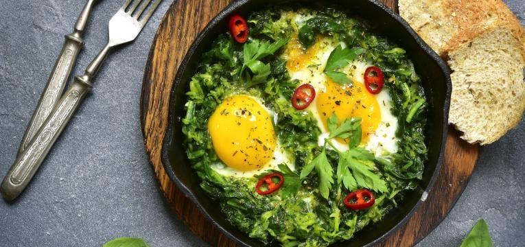 Estufado de grao-de-bico com espinafres e ovos escalfados