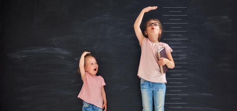 criancas a medir alturas