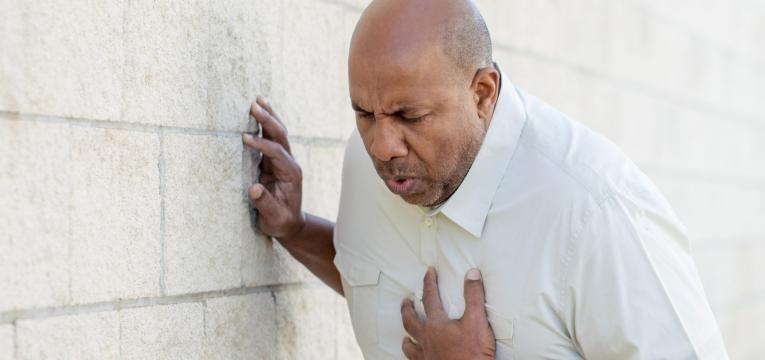 dor no peito e falta de ar