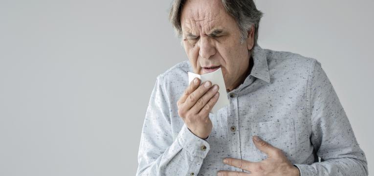 homem com forte tosse