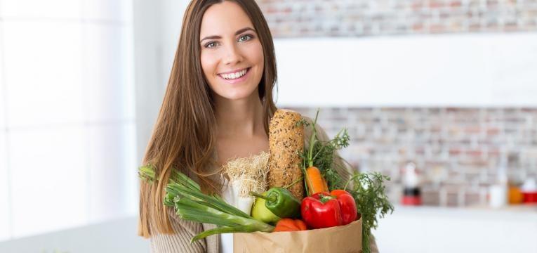 mulher com alimentos saudaveis