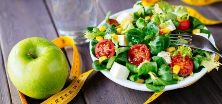salada e fita metrica e erros que o impedem de perder peso no ginasio