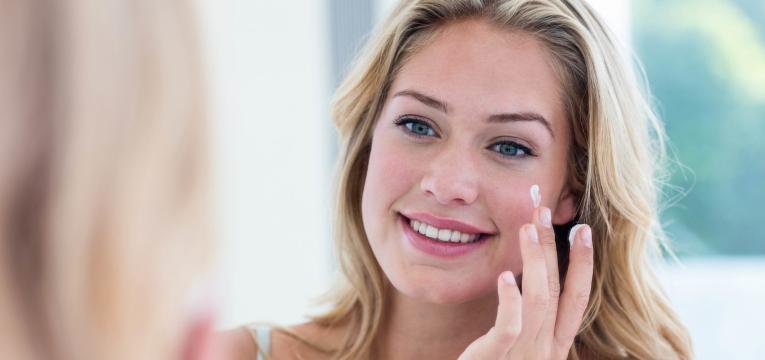 protetor solar em pele acneica