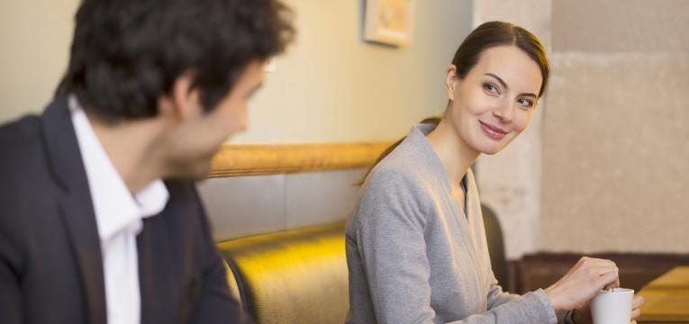 mulher e homem em cafe
