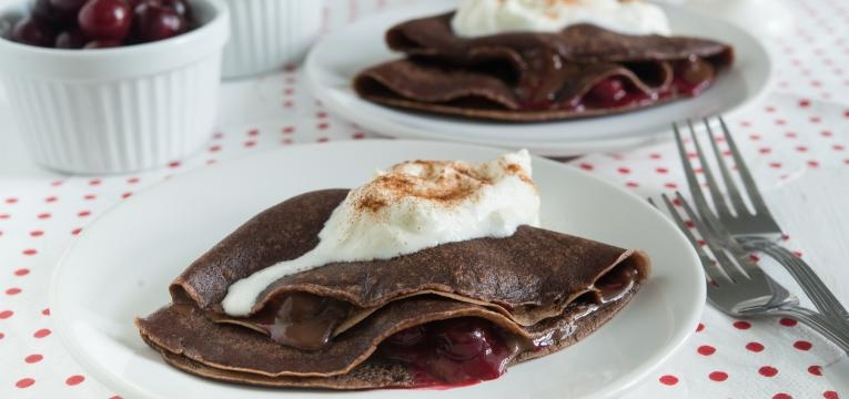 Crepes vegan de chocolate com chantilly de coco