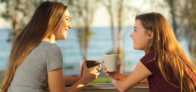mulheres a conversarem
