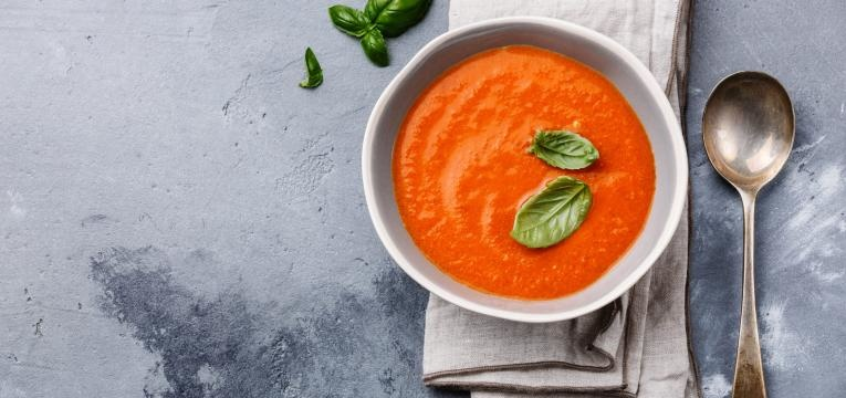 Receitas de sopa com melhos de 100 kcal e Sopa de tomate com manjericao