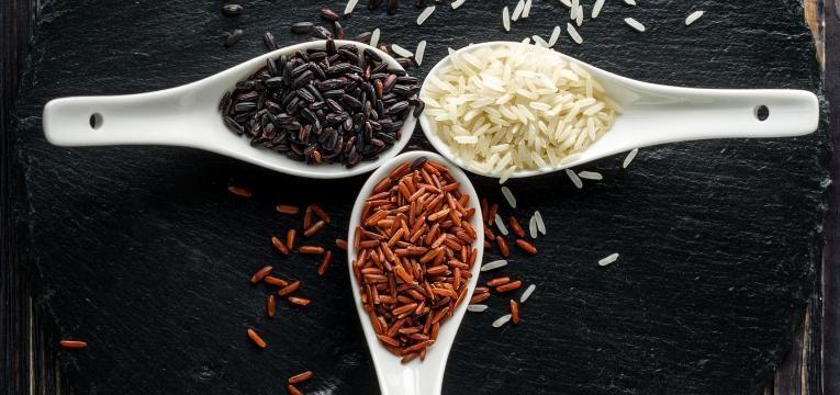colheres com arroz