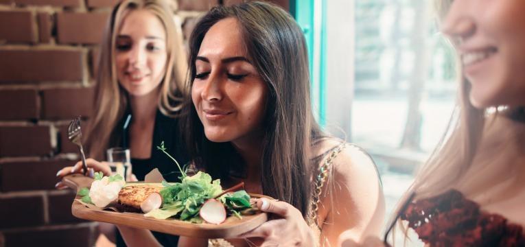 mulheres a apreciar comida