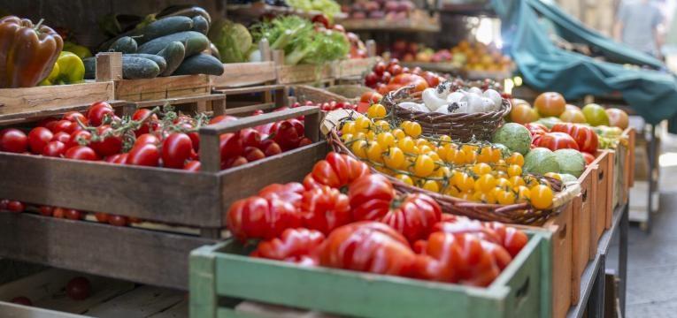 frutas e legumes em caixas