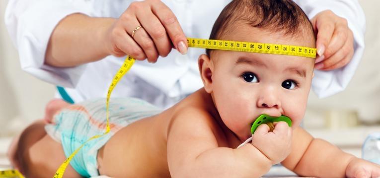fontanela ou moleira do bebe medico a medir perimetro da cabeca do bebe