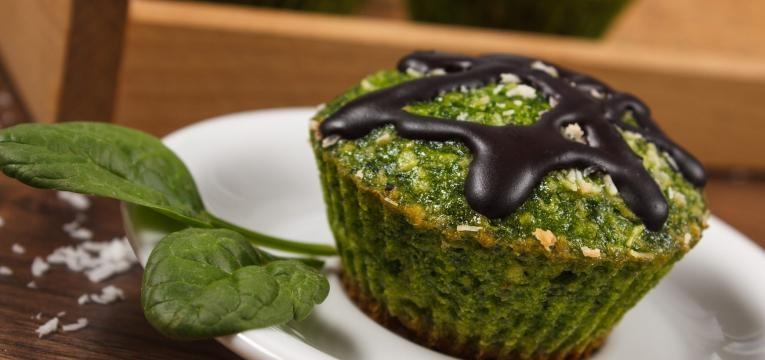 Bolo verde de espinafres com alfarroba