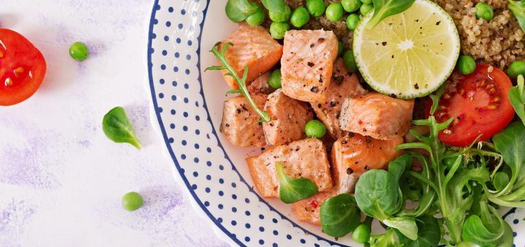 Salada morna de salmao com kiwi