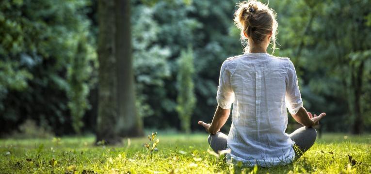 praticar ioga crise de ansiedade