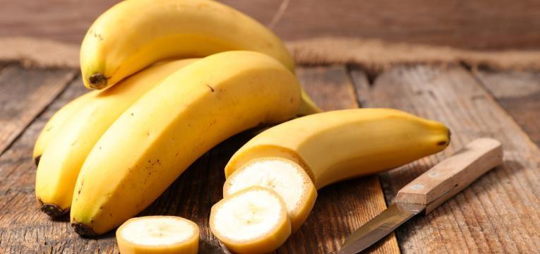 bananas em mesa de madeira  alimentos que aumetam a produtividade no trabalho