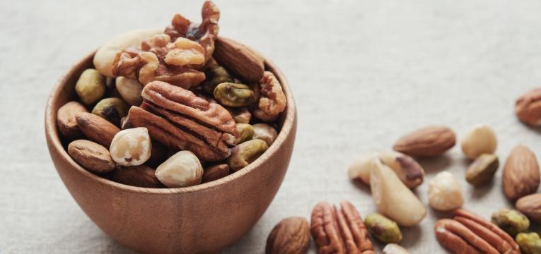 frutos secos em tigela de madeira  alimentos que aumetam a produtividade no trabalho