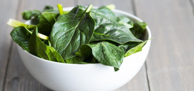 folhas de espinafres  alimentos que aumetam a produtividade no trabalho