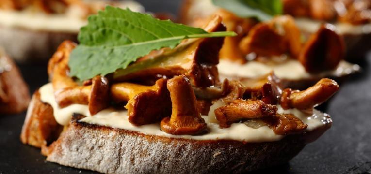 Bruschettas de cogumelos e queijo