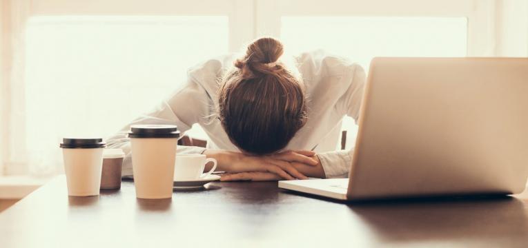 sintomas da crise de ansiedade mulher nervosa