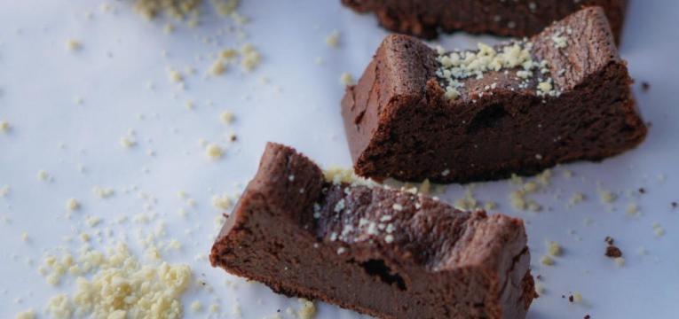 bolo de chocolate humido fatias