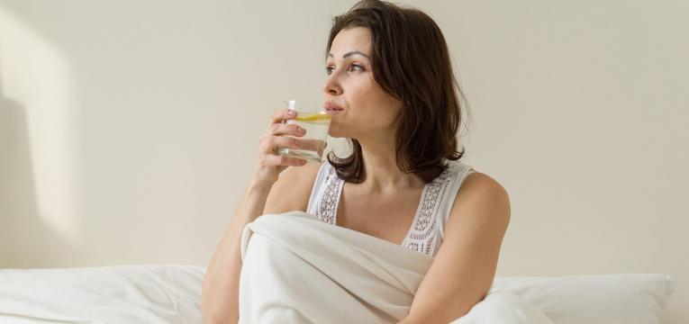 perder barriga pos parto mulher a beber agua com limao