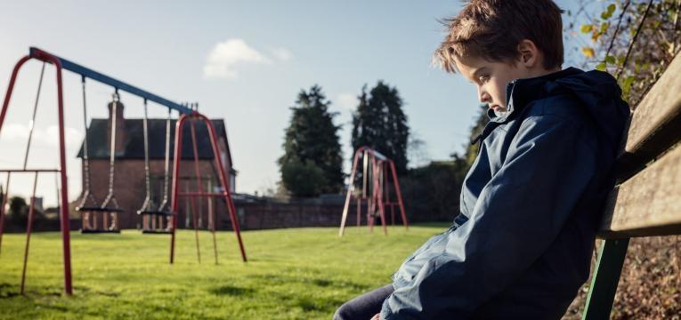 como ajudar a crianca a lidar com as emocoes menino pensativo