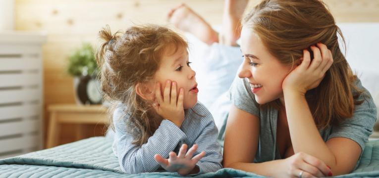como ajudar a crianca a lidar com as emocoes mae e filha a conversar