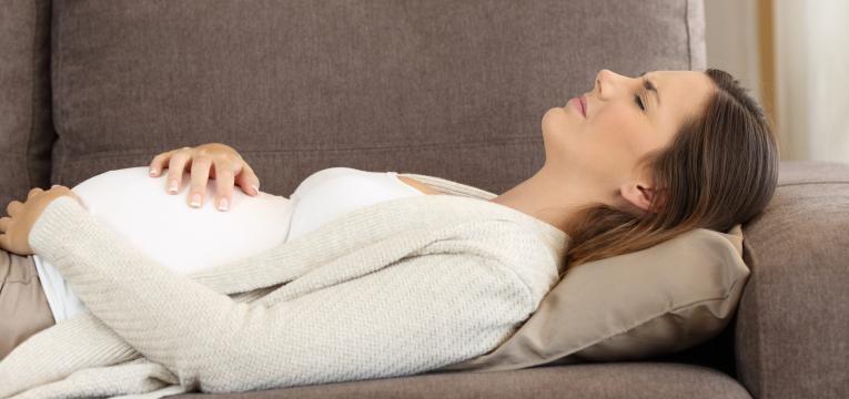 dor abdominal na gravidez mulher com contracoes