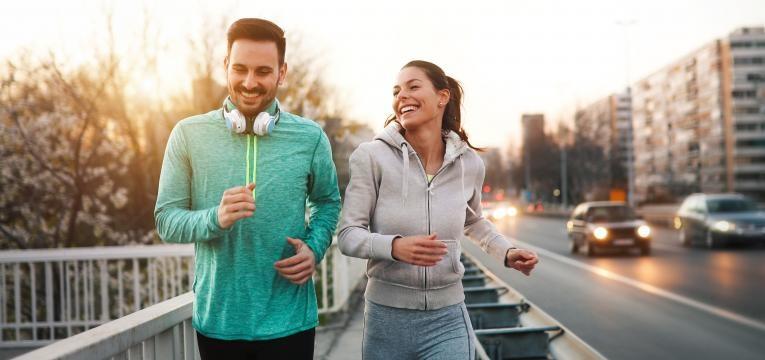 estrategias para perder peso em 2019 casal a correr na rua