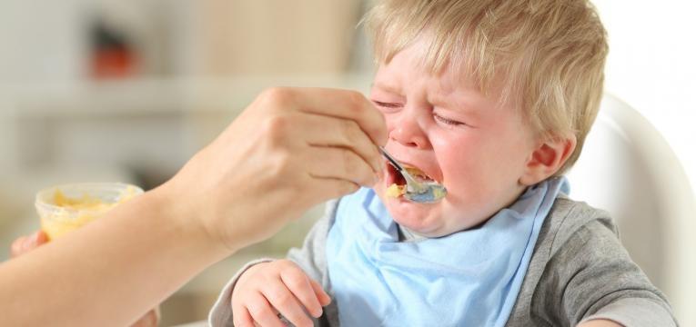 bebe se engasga a chorar