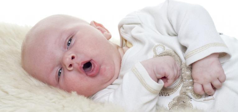 bebe se engasga bebe a tossir