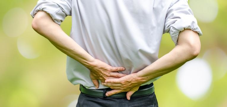 hernias discais homem com dores nas costas
