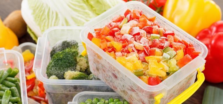 Alimentos congelados ou em conserva tuppareware com legumes