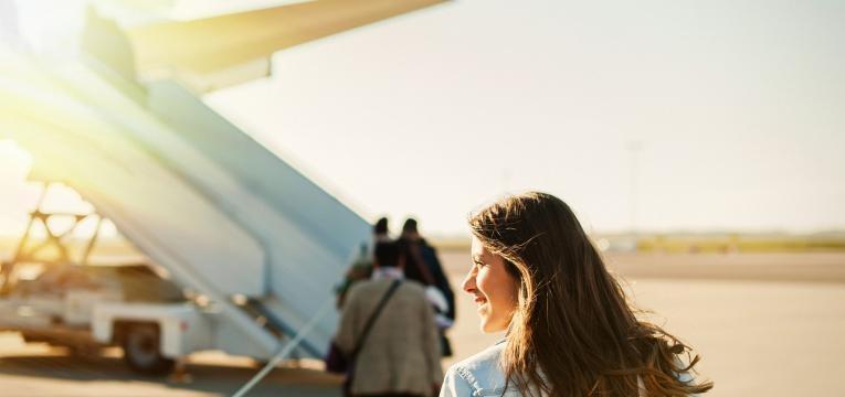 Viajar sozinho mulher a entrar para aviao