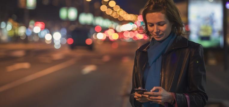 Viajar sozinho mulher sozinha a noite