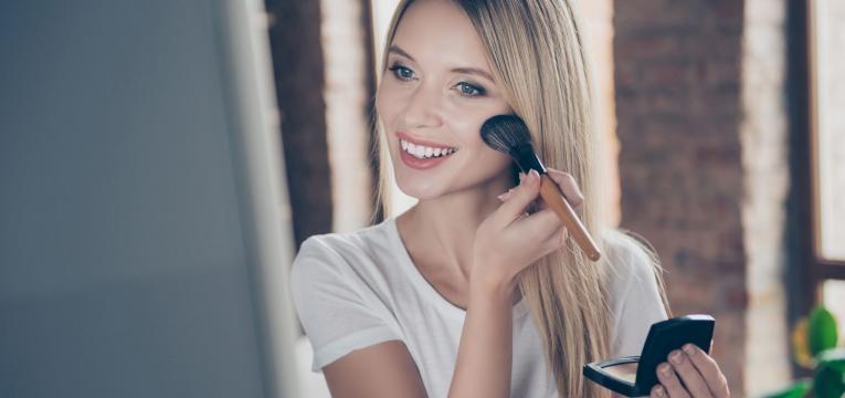 marcas de beleza que nao testam em animais mulher a maquilhar