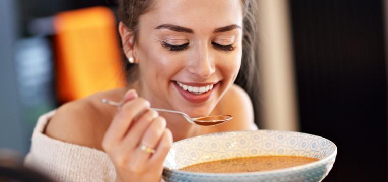 fome antes de jantar mulher a comer sopa